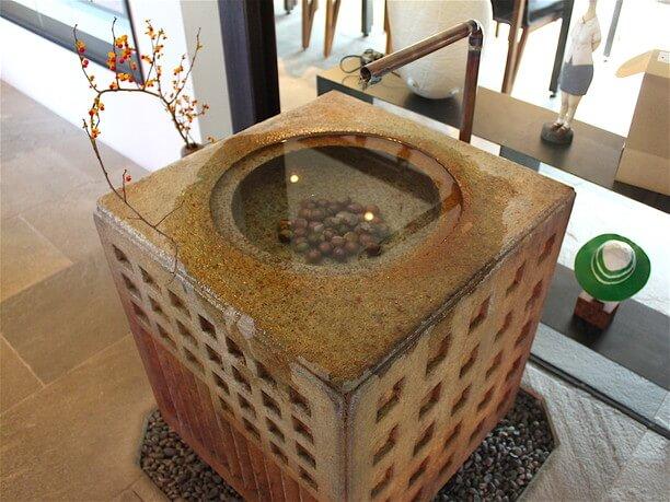 石を彫った手水鉢(ちょうずばち)