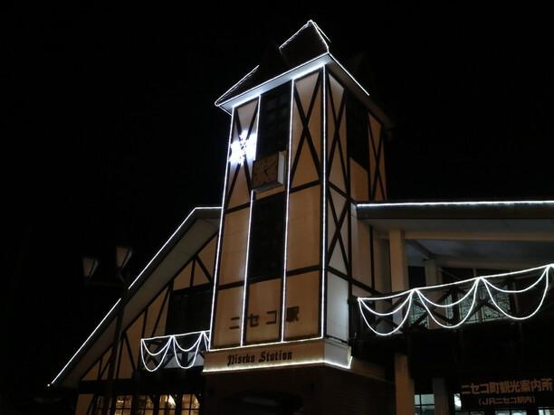 LEDのイルミネーションに飾られた駅舎