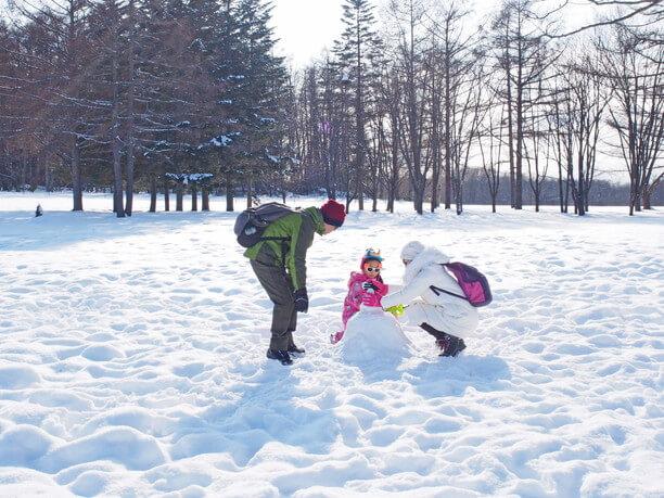 雪原で雪遊び