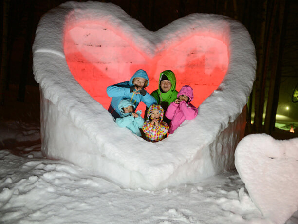 雪でできたハートのオブジェ