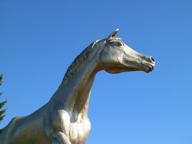 オグリキャップ号の像