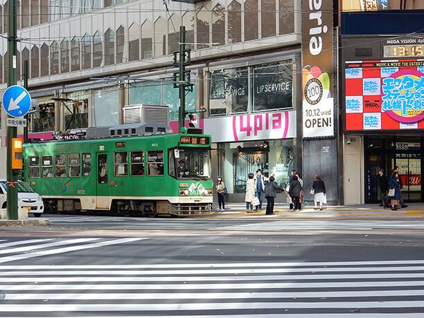 緑が特徴の路面電車