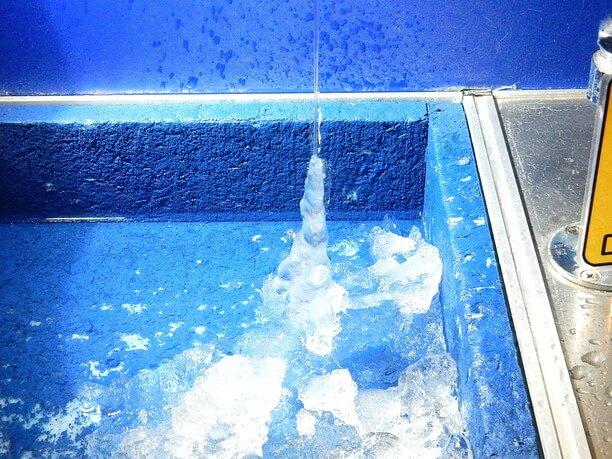 流れ落ちる水と下から伸びたつらら