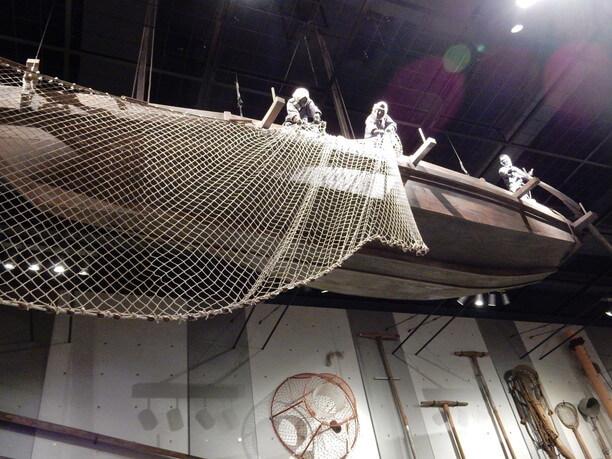 天井に吊るされた漁船の模型