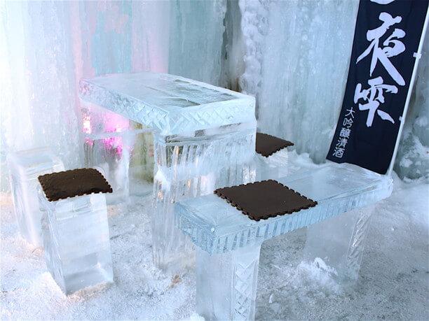 氷の机と椅子