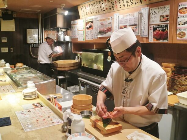 寿司を握る様子