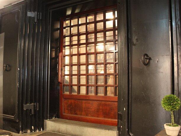 風格のある厚い扉
