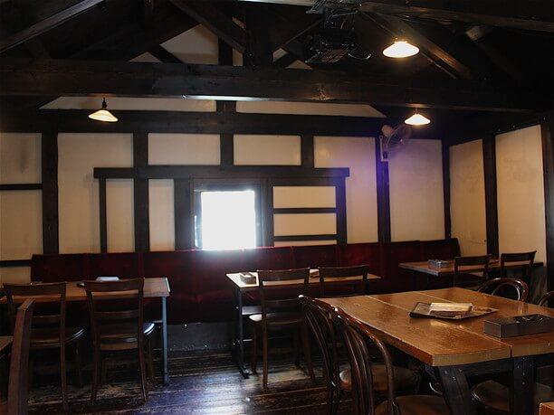窓からの光が優しいカフェ空間