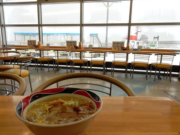 オホーツク海の景色と塩ラーメン