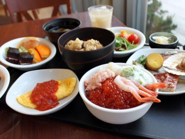 自分好みの海鮮丼も作れる豪華朝食バイキ