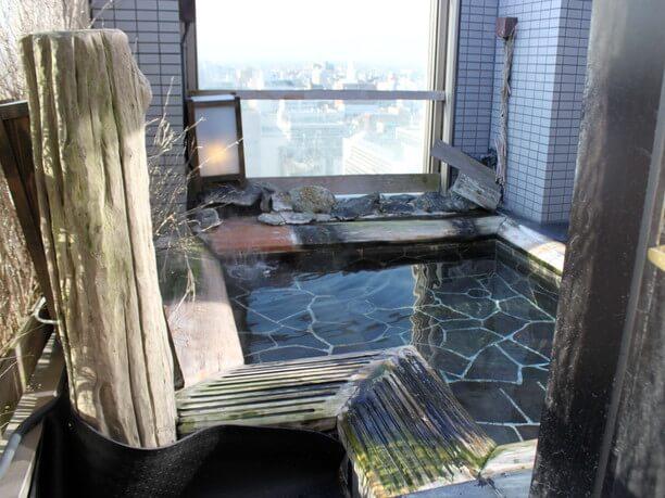 天然のナトリウム・カルシウム塩化物泉の温泉