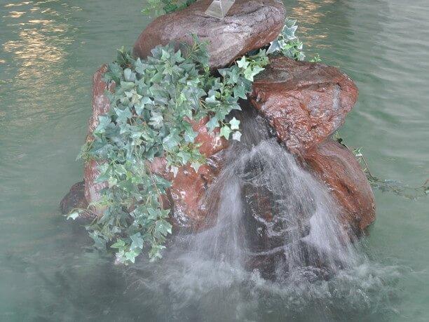 温泉が注がれる浴槽