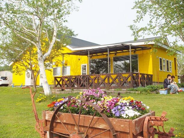 お花と黄色いお店