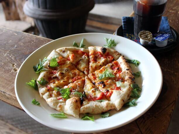 小麦の風味豊かな手作りピザ