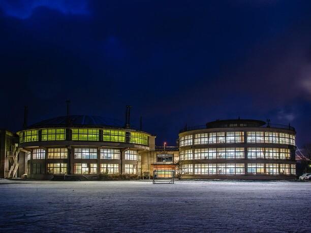 夜の円型校舎
