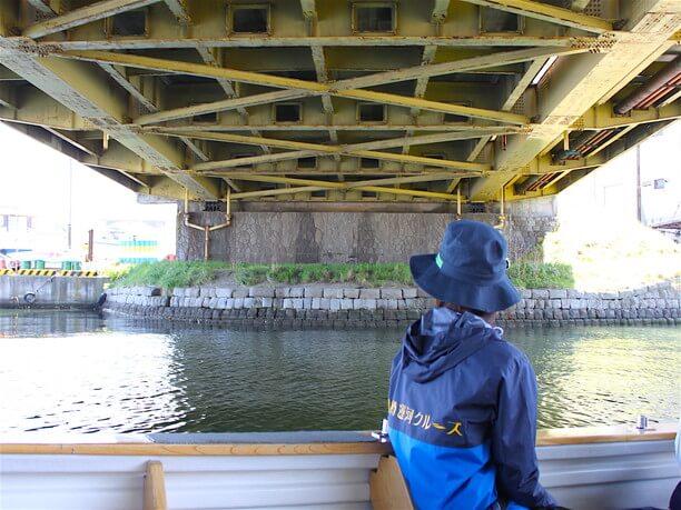 橋の下をくぐる瞬間