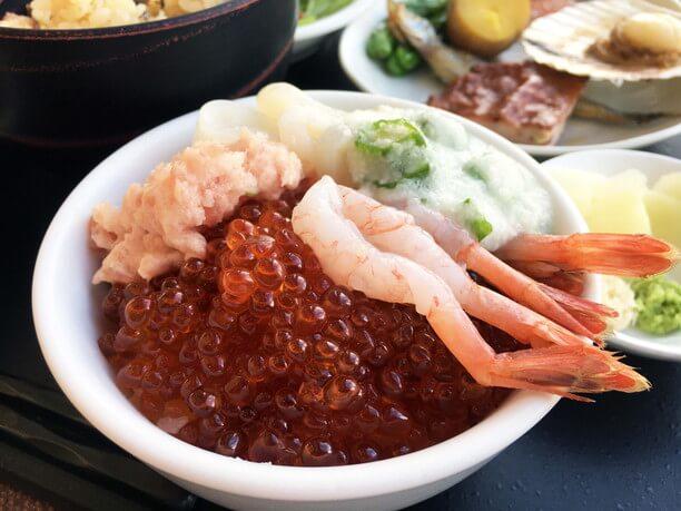 大評判の「イクラ盛り放題」の海鮮丼