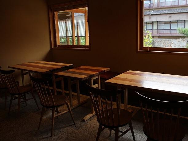 奥まったところのテーブル席