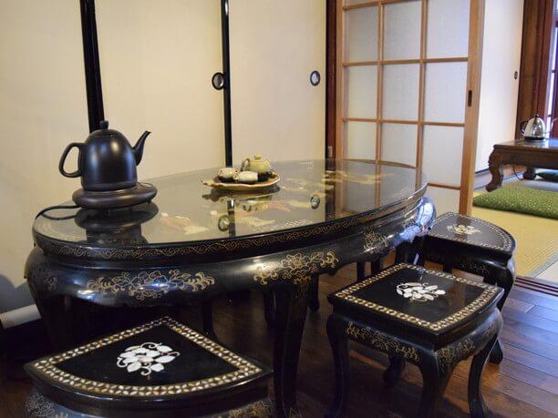 螺鈿細工が施されたテーブルと椅子