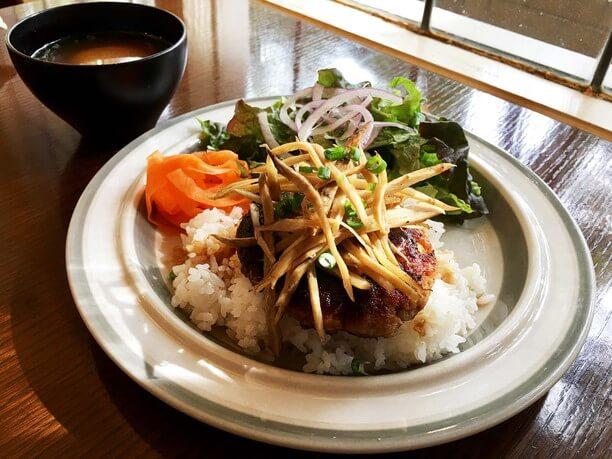 YAMANEKO風デリシャス丼、味噌汁付
