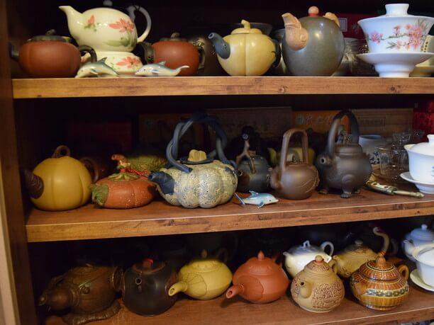 棚にずらりと並ぶ茶器