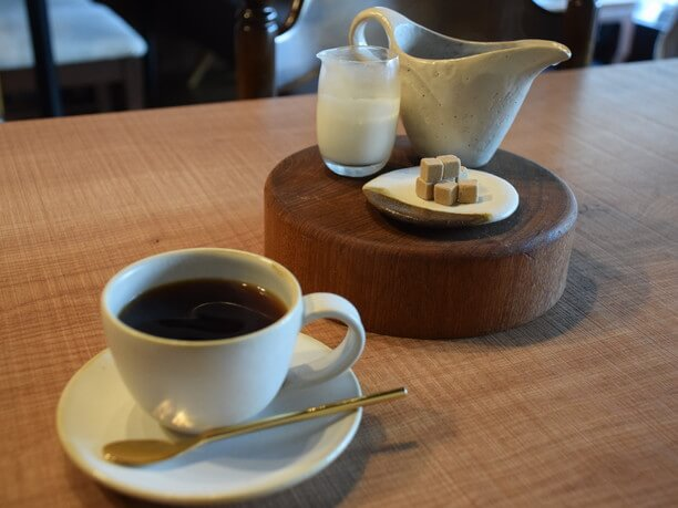 仲上が作成した器に入ったコーヒー