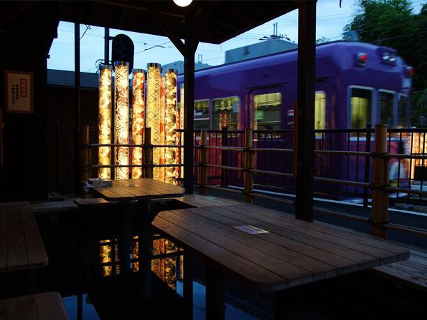夕暮れに電車を見ながら足湯