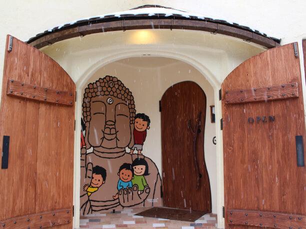 アーチ型のドアの入口