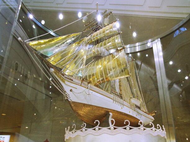 真珠と金で造られた帆船模型