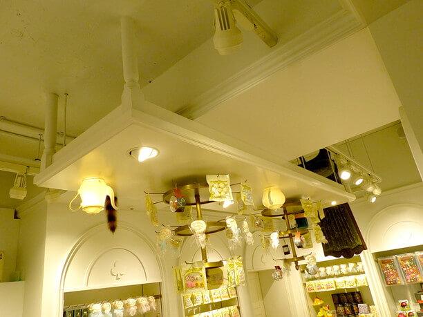 天井にさかさまで浮かぶテーブル