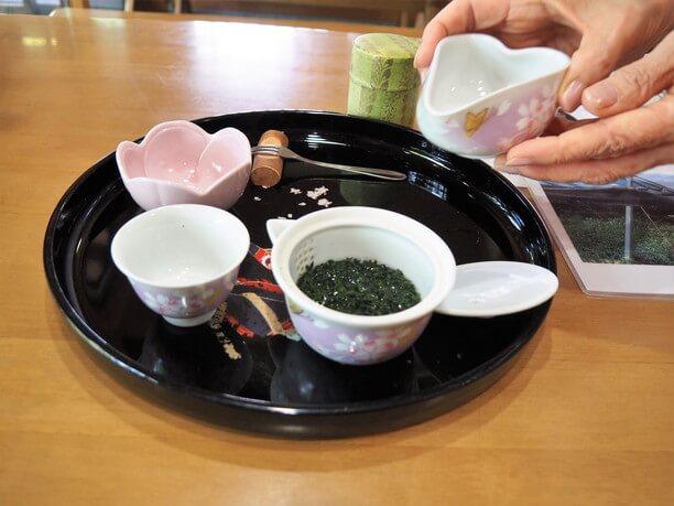 宇治茶道場でお茶のレクチャー