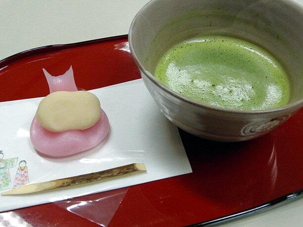 引千切(ひちぎり)と呼ばれる餅菓子とお抹茶の接待