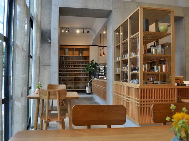 京都の格子戸をイメージした木の装飾