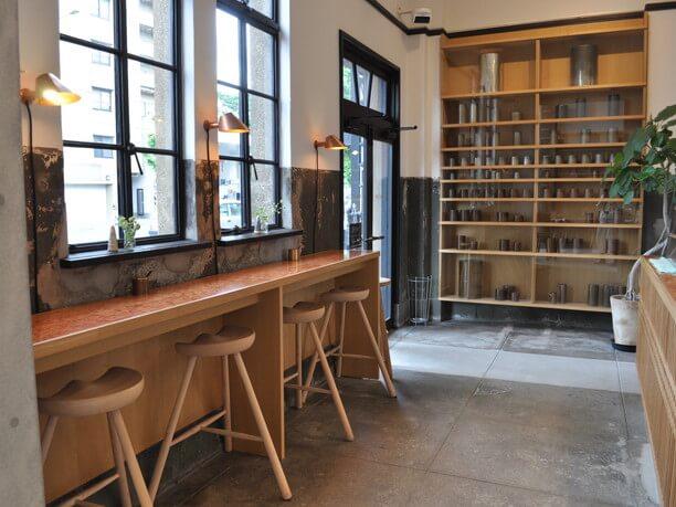 入口横のガラスケースに並んでいる銅や真鍮