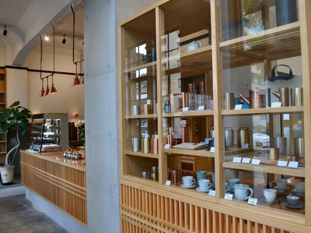 カフェで使われているカップ、グラス、木皿などは購入が可能