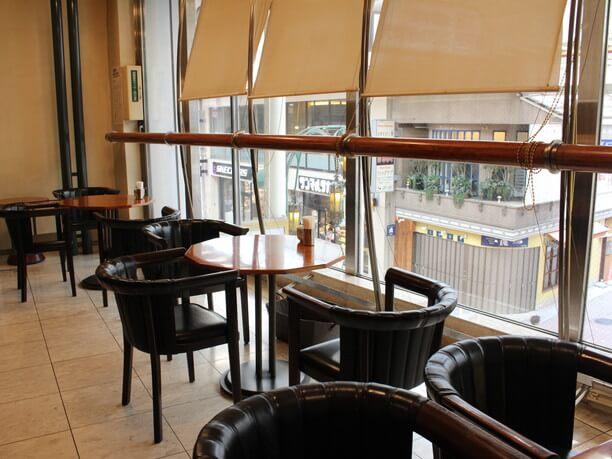 2階のカフェ内