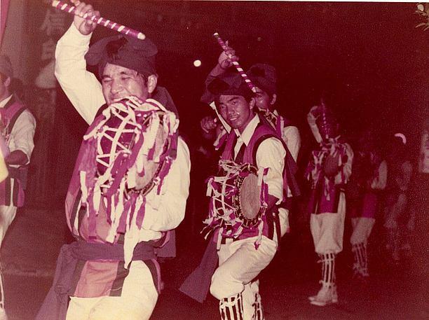 締太鼓にリボンをつけているのが特徴的な宇地泊区青年会