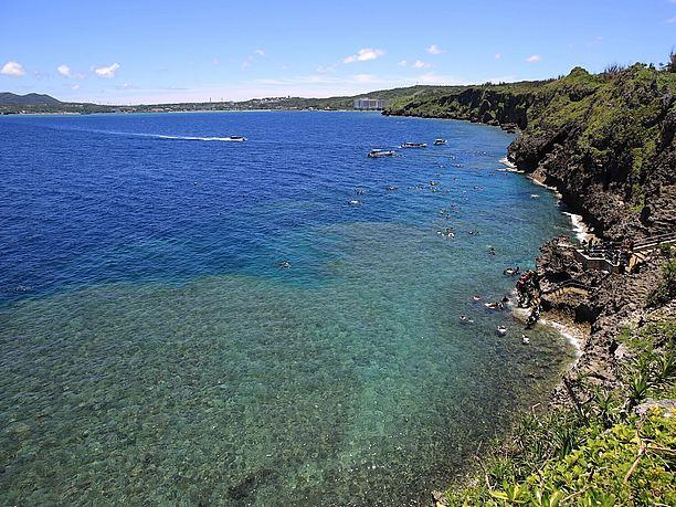 隆起珊瑚による起伏のある岸壁