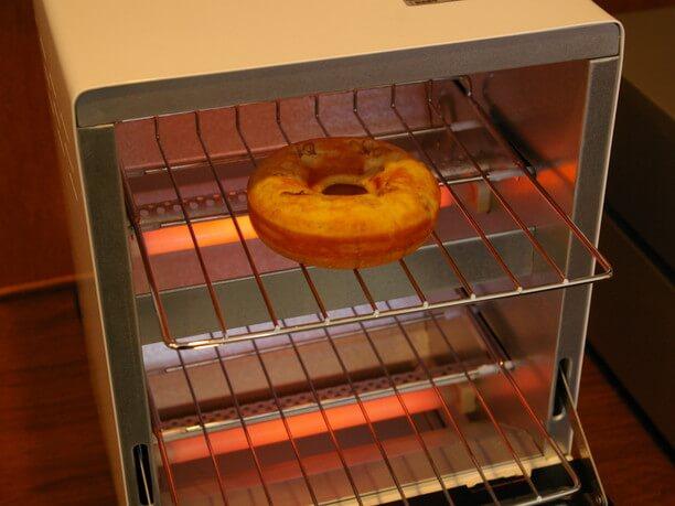 ドーナツをトーストしている様子