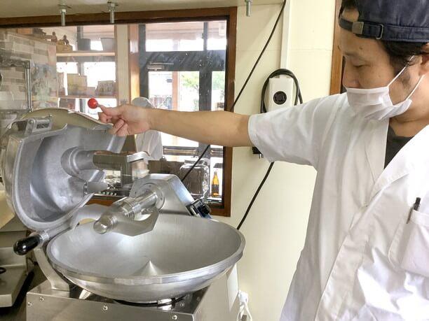 肉と脂と水をペースト状にしてくっつかせる機械