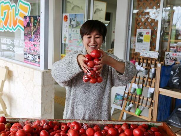 袋に詰め込んだトマト