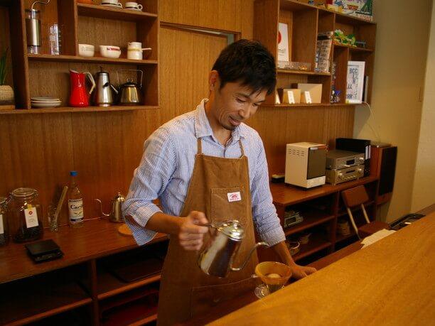 コーヒーをドリップ中の石田さん