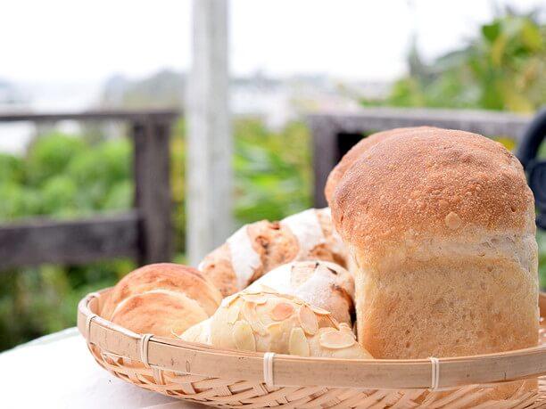 かごに盛ったパン
