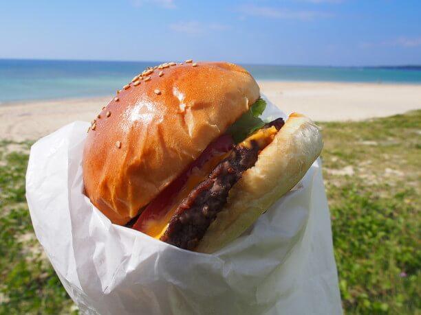 屋外で食べるハンバーガー