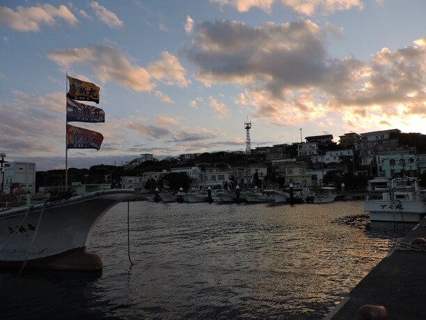 日が暮れて来た漁港