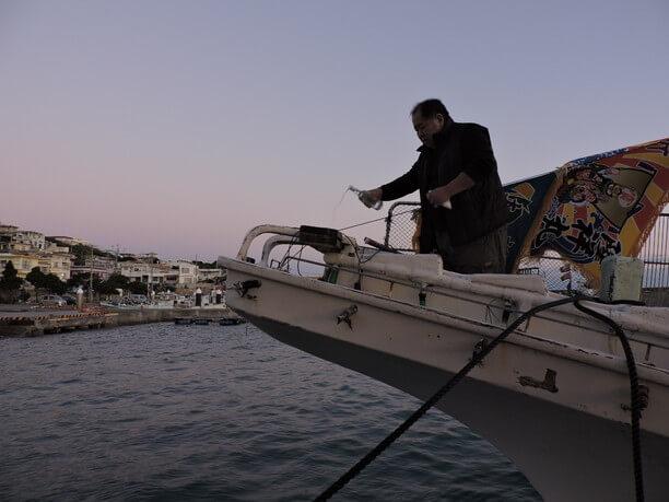 海に泡盛を捧げる漁師さん