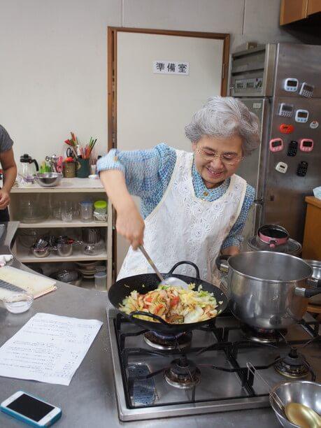 調理中の松本先生