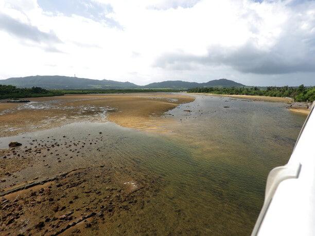 河口周辺の砂州で囲まれた干潟