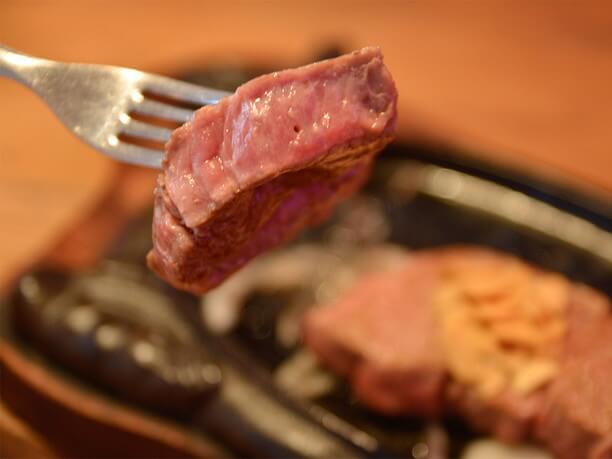 ひと口大にカットしたステーキ
