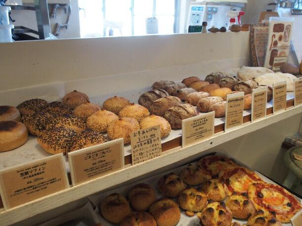 棚にならぶハード系のパン